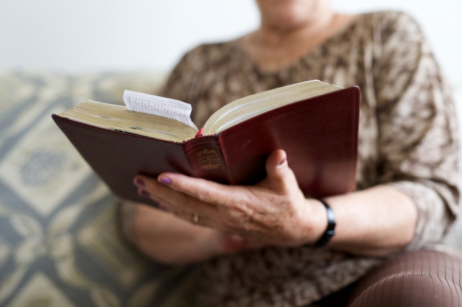 Women reading scriptures
